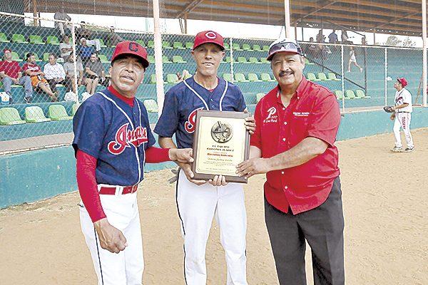Homenaje a Roberto Garibay por sus 44 años como pelotero activo