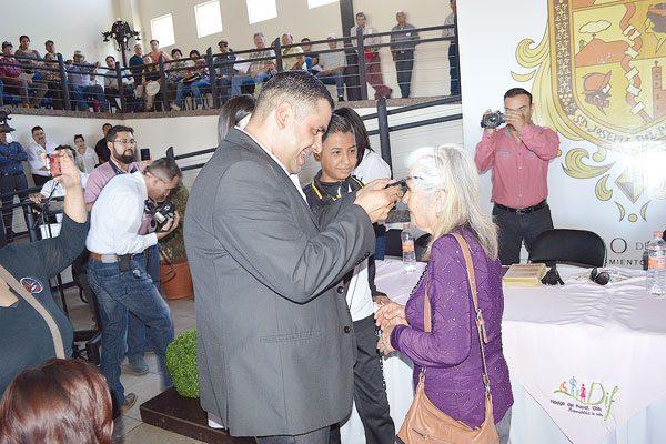 DIF Municipal entrega lentes a 300 personas