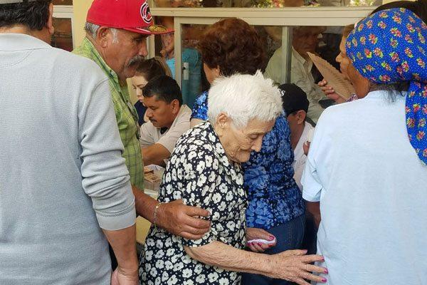 Sufren ancianitos esperando apoyo