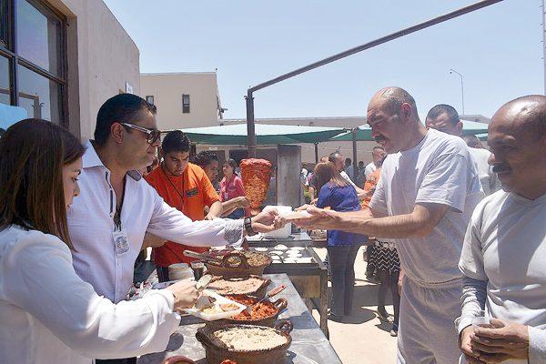 Con mariachi y comida festejó el Alcalde a 300 internos del Cereso