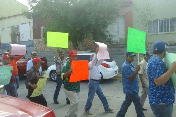 Protestan en El Oro por retención en el salario