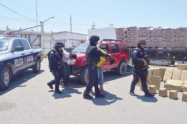 Detienen en la frontera camión con una tonelada de mariguana