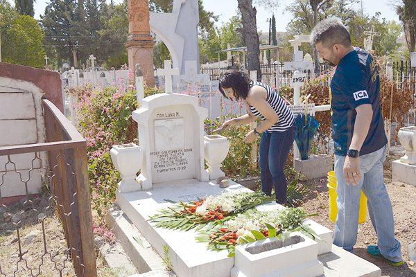 Con flores y música recuerdan a papás difuntos