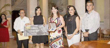VICTORIA Montemayor hizo la entrega del premio interamericano a Rose Mary Salum. Foto Mariano Rubio Girón