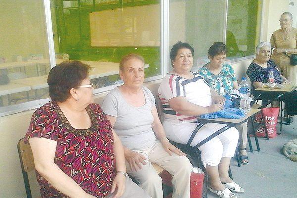 Odisea de los abuelitos en medio de la injusta espera