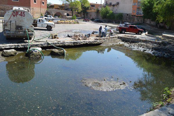 Construyen muro para impedir el paso de aguas negras al venero del río