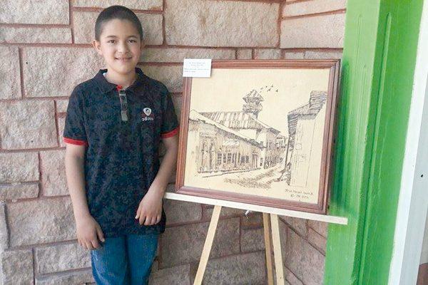 Destaca niño pintor en las exposiciones de dibujo, manualidades y cultura artística