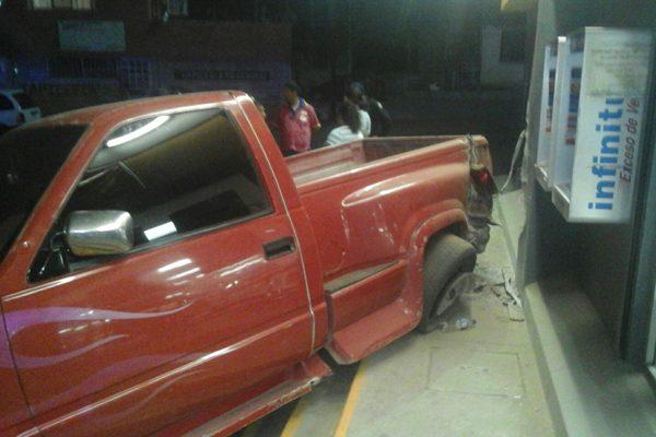Choque-fuga en la colonia Juárez; daños cuantiosos a una tienda departamental