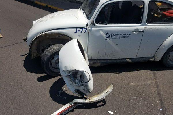 Choca vehículo de la Junta de Aguas contra otro que estaba estacionado