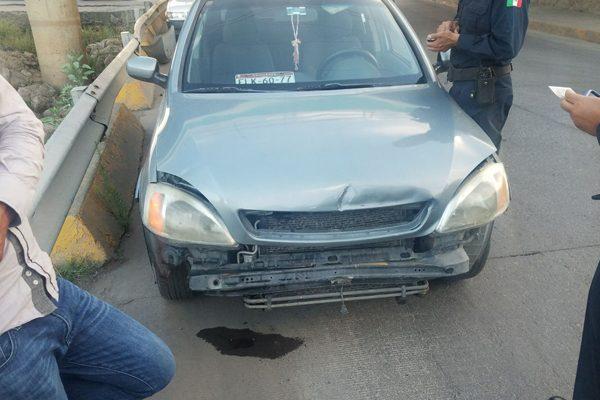 Se impactan dos vehículos en el acceso al Boulevard