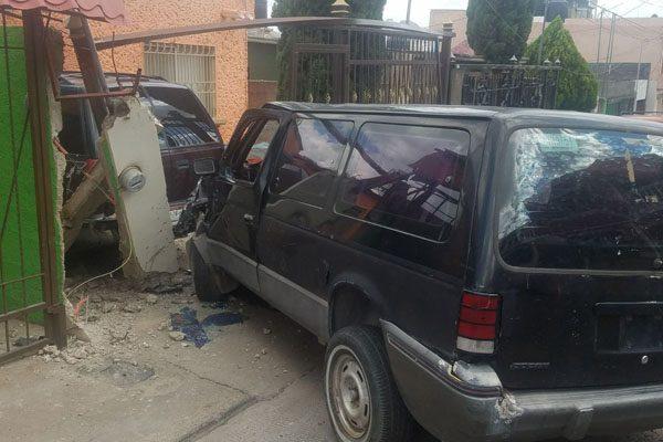Camioneta se impacta contra vivienda; causa daños por $53 mil