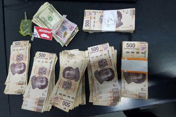 Mujer sustrae 180 mil pesos de un vehículo
