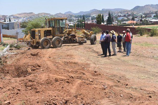 Nivelan terreno para una cancha  de basquetbol en la Sec. Valentín Gómez Farías