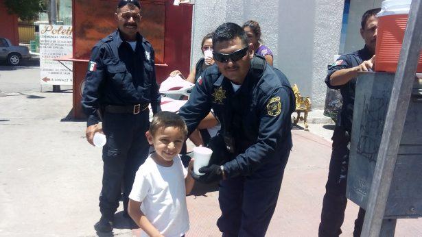 Agentes municipales salen a las calles a brindar un vaso de agua la ciudadanía en Jiménez