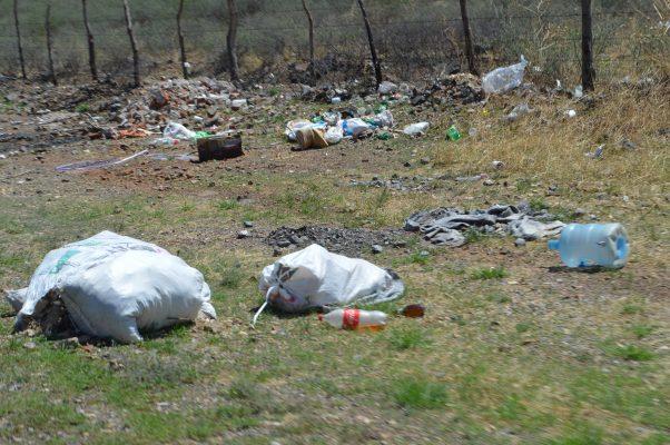 Limpian vecinos acceso a Villa Escobedo