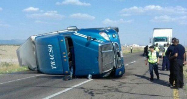 Vuelca camión cargado con helado sobre la salida a Torreón