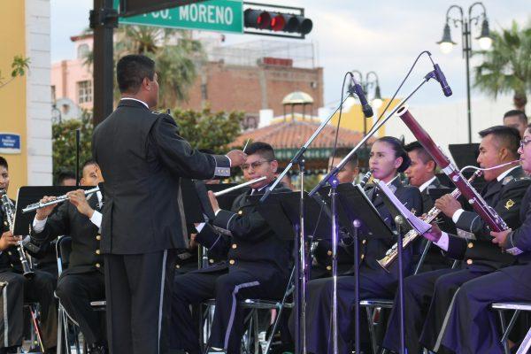 Vistoso concierto de la Sedena en la plaza De la Identidad