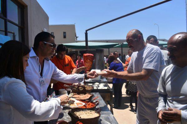 Acude el Alcalde Lozoya con mariachis y comida al CERESO 4