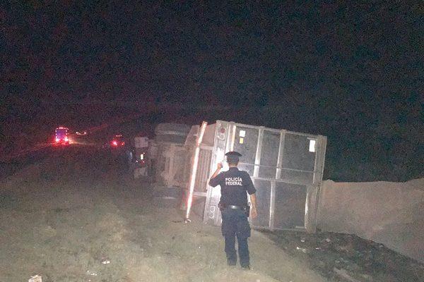Camión volcó;  transportaba leche