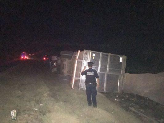 Vuelca camión cargado de leche en la carretera Gómez Palacio- Jiménez