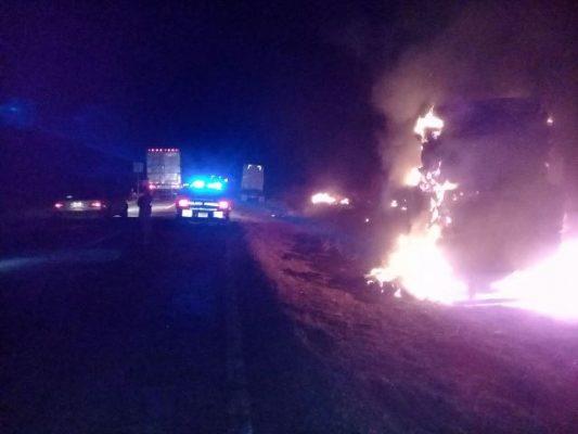 Arde camión cargado con pacas de alfalfa