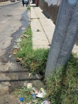 Vecinos manifiestan foco de infección por drenaje colapsado