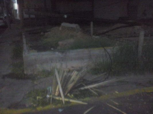 Choca contra poste de Telmex y se da a la fuga