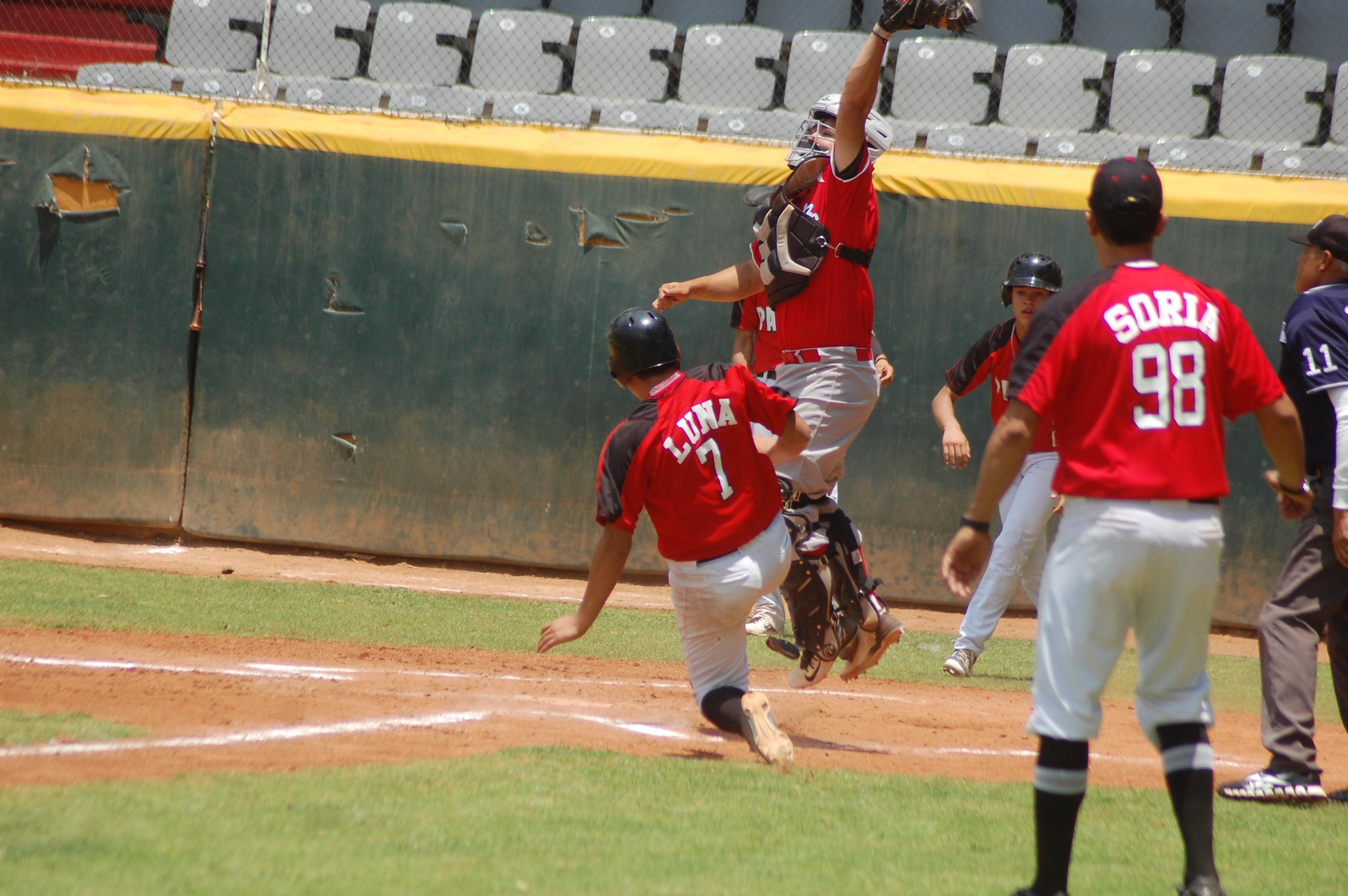 CARLOS LUNA llegó a home en vistosa jugada con la segunda carrera de los Mineritos.
