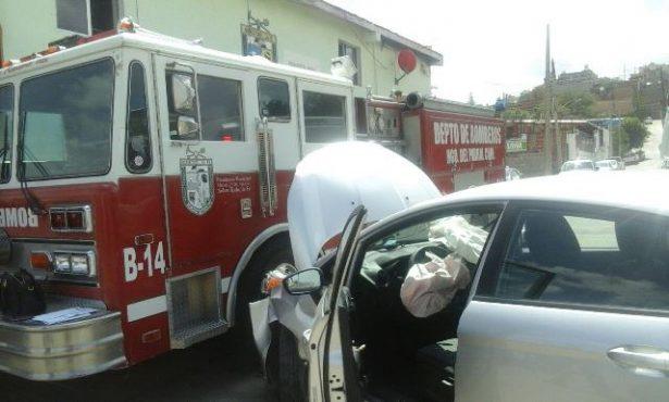 Chocan bombera en plena estación de bomberos