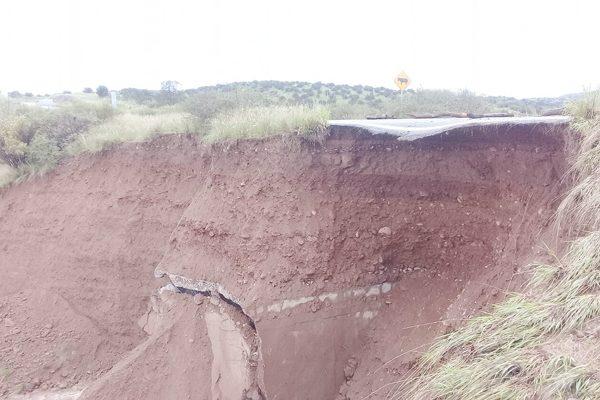 Peligrosos deslaves por lluvias en la carretera a Guachochi