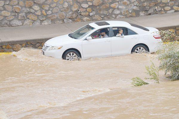 Imprudencia de ciudadanos que  Conducen entre creciente del río