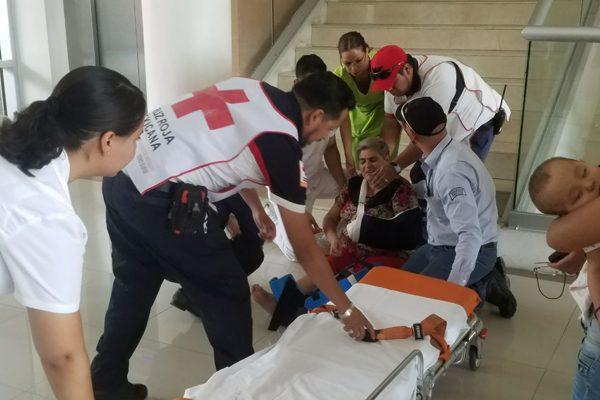 Mujer cae de las escaleras en edificio de Gobierno Estatal