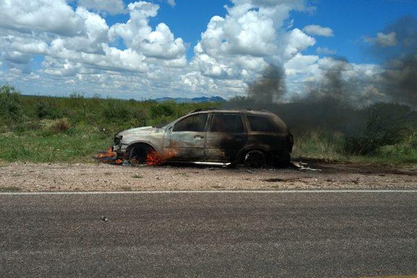 Auto vuelca y se calcina en carretera Parral-Jiménez