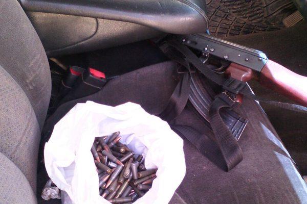 """Hallan camioneta abandonada con  un """"cuerno de chivo"""" y 125 cartuchos"""