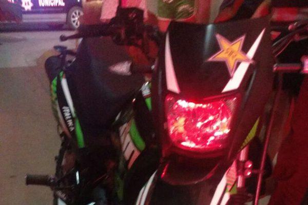 Chocan dos motociclistas; uno de  los conductores perdió el control