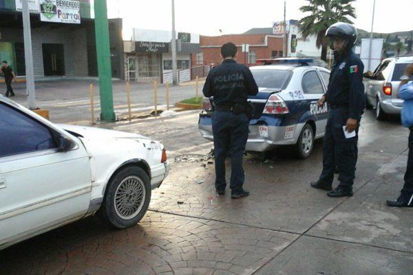 Vehículo choca unidad policiaca;  oficial lesionado