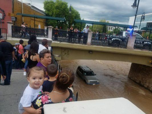 Otro vehículo varado en la Vialidad del Río Parral
