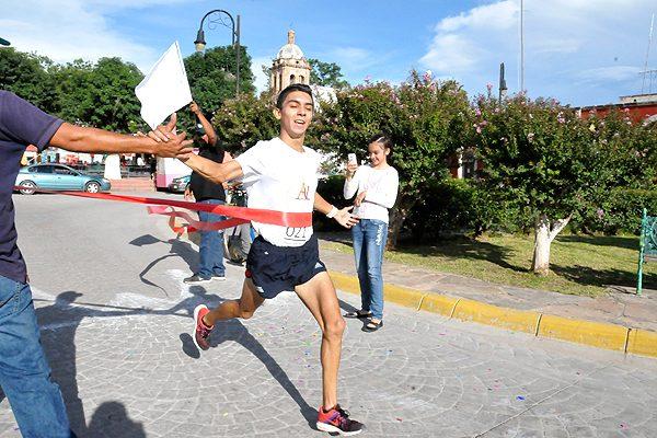Óscar Quintana y Migdalia de la O ganan la carrera pedestre de las Ferias Patronales Allende 2017