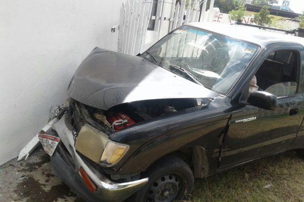 Se quedó sin frenos y choca contra negocio en la carretera a Matamoros