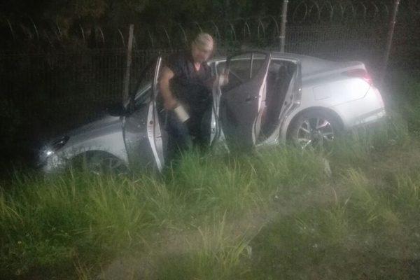 Un vehículo sale del camino en Las Fuentes; conductora resultó con golpes contusos