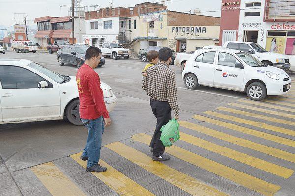Sufren peatones al cruzar el Boulevard por alta velocidad