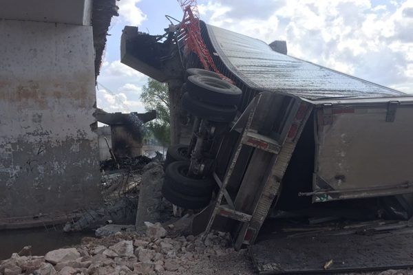 Camión de carga cayó de un puente y se incendió