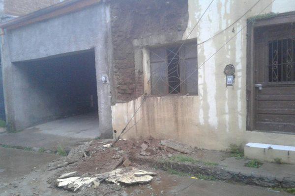 Colapsa la pared de una casa antigua en el callejón Guerrero