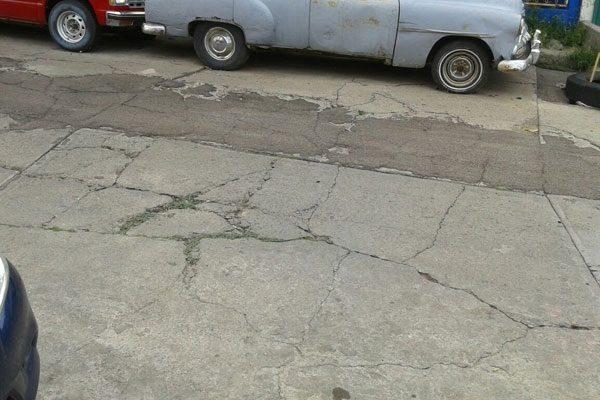 Hoyos y cuarteaduras en las calles Cuarta y Quinta