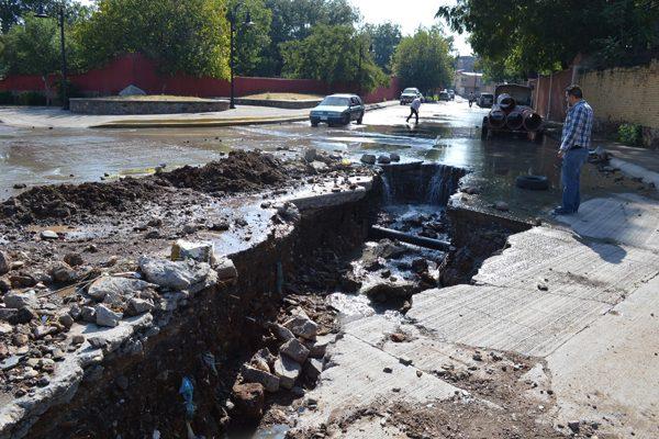 Colapsa drenaje y derrama aguas negras hacia el río Parral