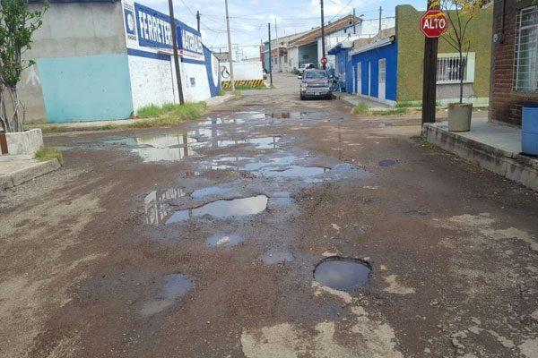 Baches en calle Xicoténcatl causan molestia en habitantes y conductores