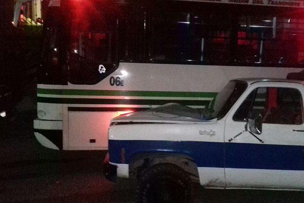 Camioneta choca contra camión urbano en la colonia López Portillo