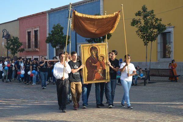 Procesión católica de los signos de la Jornada Mundial de la Juventud