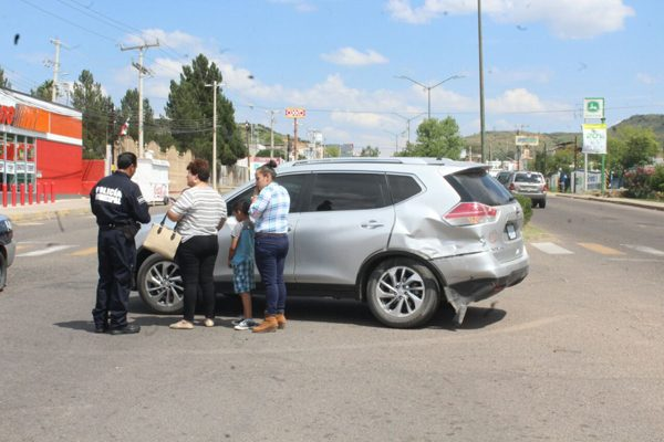 Choque en la avenida Tecnológico dejó daños materiales a dos vehículos