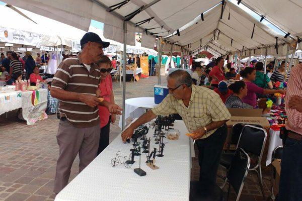 """Invita alcalde Alfredo Lozoya a consumir productos  en la muestra """"Crecer Produciendo con Valor"""""""